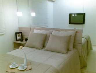 Exemplo de quarto que usa espelho e cores claras