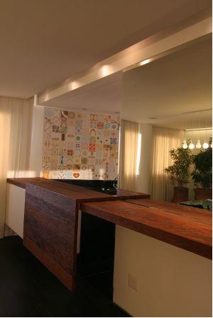 Ao fundo, os azulejos colorem o painel acima do lavabo e destoam como elemento de decoração no espaço