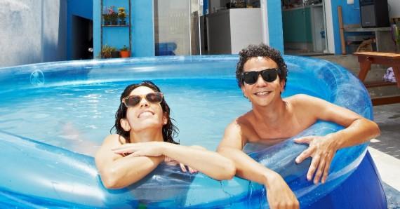 06fev2014---o-produtor-cultural-paulo-capello-39-e-sua-mulher-a-atriz-joana-cytrynowicz-33-na-piscina-que-ele-comprou-para-enfrentar-o-intenso-calor-no-bairro-de-santana-sp-1392210