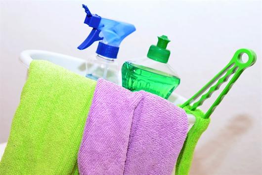 Balde com produtos de limpeza para você manter sua casa livre de traças