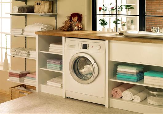 Área da lavanderia do condomínio da MRV todo organizado com prateleiras e armários