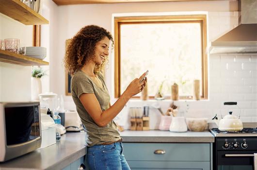 Mulher utilizando aplicativos de decoração para o seu apartamento