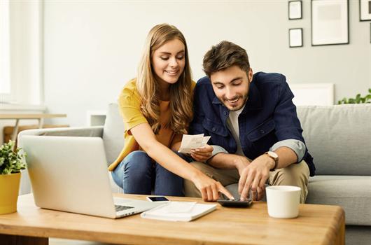 Casal organizando a planilha de gastos de seu apartamento