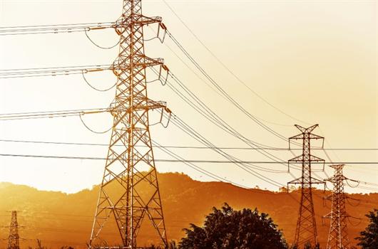 Redes de energia elétrica abastecendo uma cidade