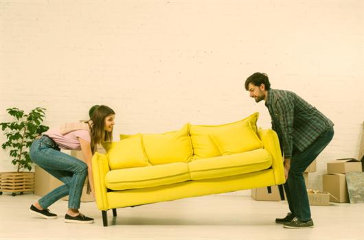 Casal arrumando e mobiliando o apartamento MRV após a mudança