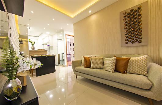 Sala decorada com piso de porcelanato brilhante
