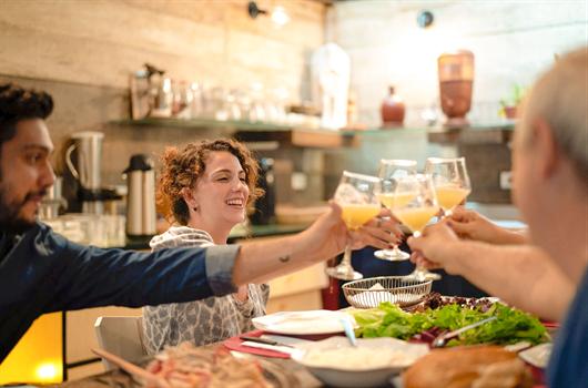 Amigos celebrando na sala de jantar