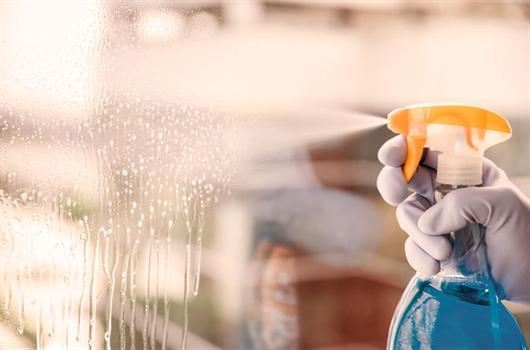 Homem realizando a limpeda de banheiro em seu apartamento para manter o local sempre arrumado