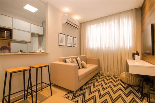 Sala decorada com móveis planejados e modulados que valorizam o espaço do apartamento