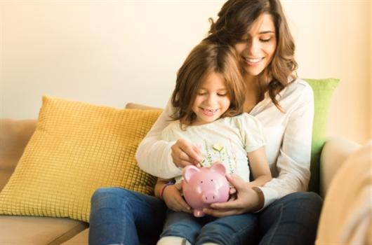 Mãe e filha conversando sobre planejamento financeiro