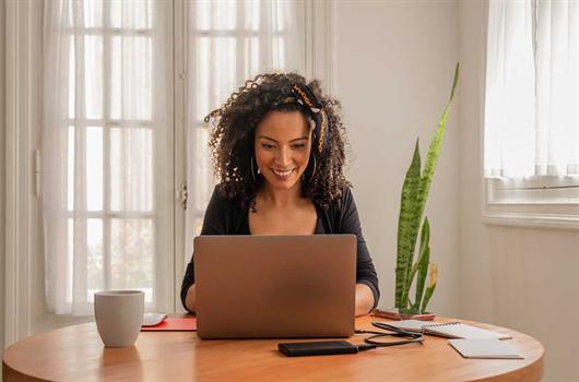 Mulher realizando a compra de seu MRV de forma online e segura