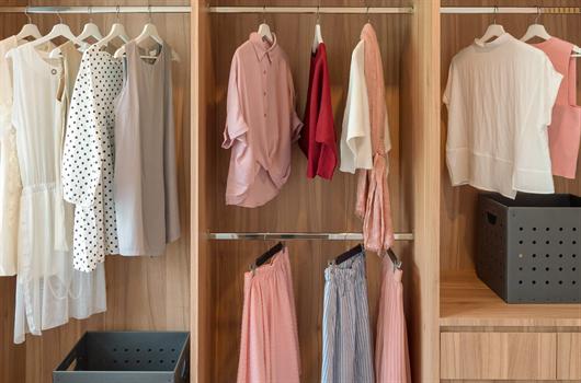 Guarda-roupa pequeno, espaçoso e organizado