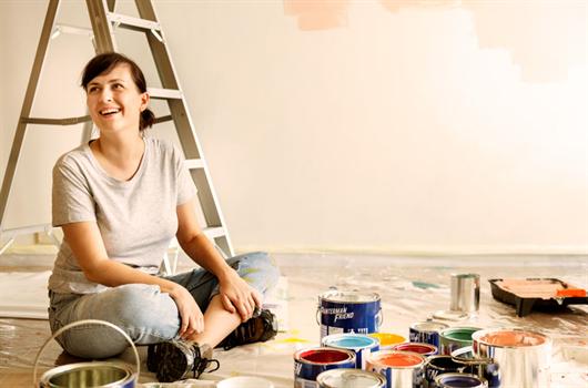 Mulher ajudando a reformar a área comum de seu condomínio para novas melhorias