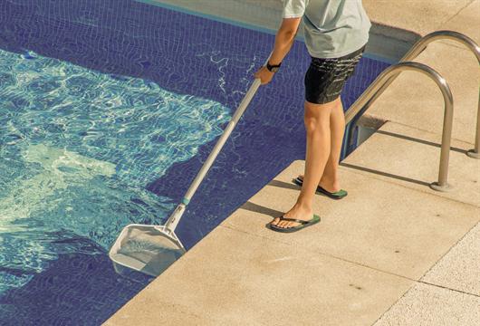 Síndico mantendo a limpeza da área da piscina em dia para a conservação dos espaços comuns