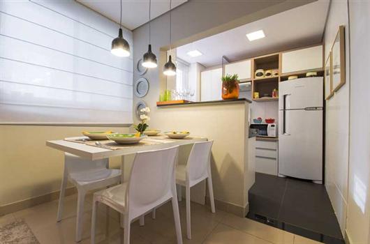 Sala de jantar de decorado da MRV totalmente mobiliada com móveis planejados e modulados