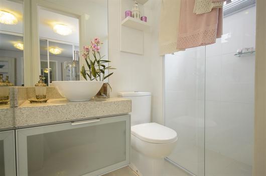 Banheiro decorado com acabamentos funcionais e baratos