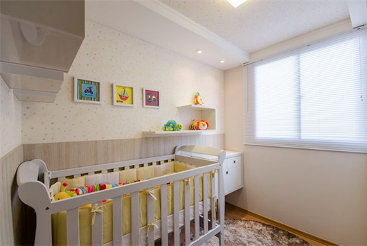 Quarto infantil em apartamento decorado com um lindo berço de bebê