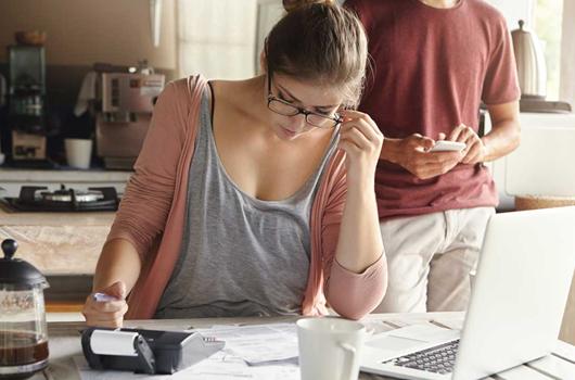 Casal calculando o valor do condomínio