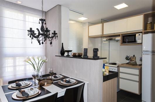 Cozinha equipada com fogão, panelas, pratos e microondas