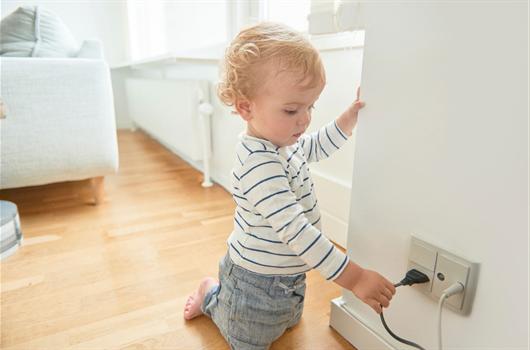Os perigos de deixar uma criança exposta a tomadas sem proteção