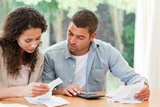Casal fazendo planejamento financeiro para poderem gastar menos e se casarem