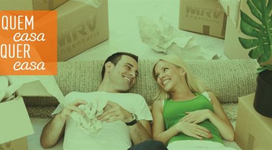Casal feliz após a conquista de seu primeiro apartamento da MRV