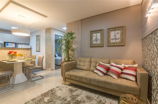 Sala decorada com objetos que transformam dois ambientes pequenos em funcionais
