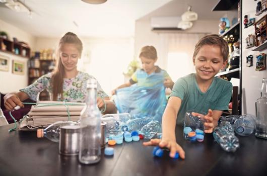 Crianças envolvidas no projeto de como reciclar o lixo de casa