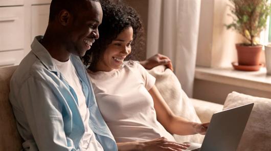 Casal em busca do apartamento perfeito em compra online na MRV
