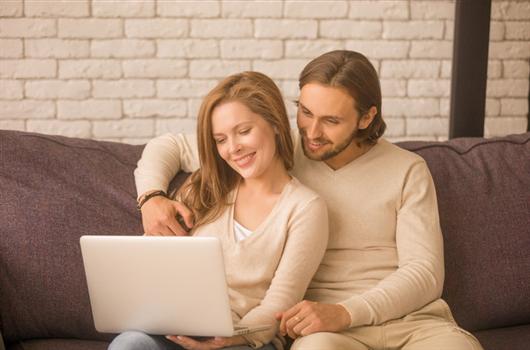 Casal realizando a compra de seu apartamento MRV de maneira 100% digital