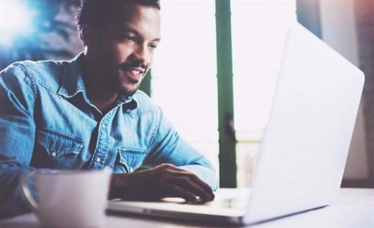 Homem pesquisando na internet como comprar o primeiro imóvel