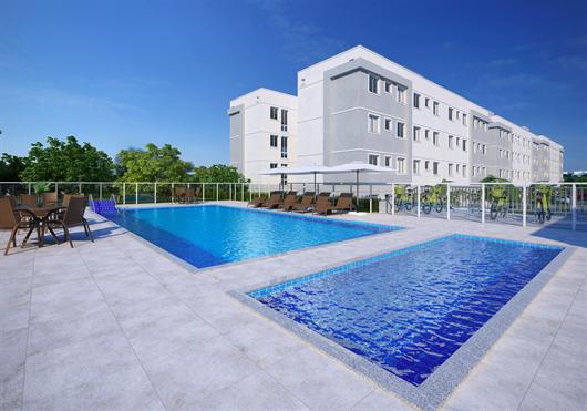 Área de lazer com piscinas, adulto e infantil em área aberta