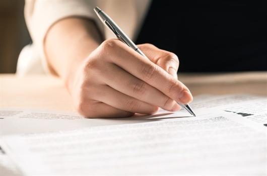 Corretor de imóveis assinando contrato com cliente na compra de um apartamento MRV