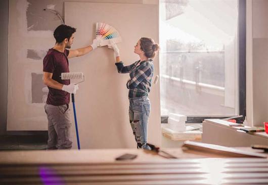 Casal escolhendo as paletas de cores de 2020 na reforma de seu apartamento