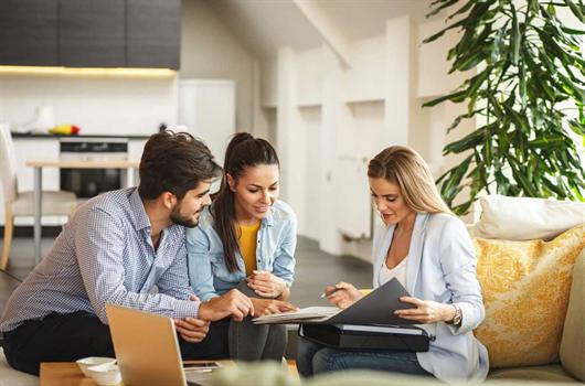Corretora de imóveis apresentando apartamentos para seus clientes