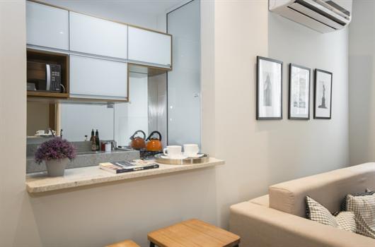 Cozinha com banca de passa pratos planejada para apartamento MRV