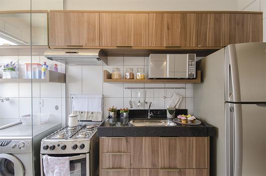 Cozinha equipada com os principais itens e eletrodomésticos para se ter no primeiro apê