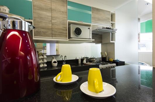 Cozinha de apartamento totalmente limpa e organizada