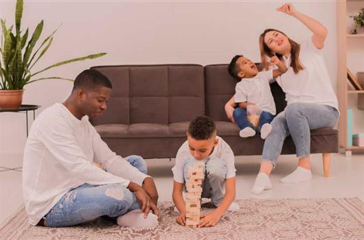 Pais e crianças aproveitando a quarentena para brincarem juntos em casa
