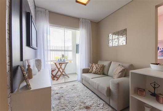 Sala de um apartamento MRV decorada com móveis em tons brancos