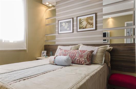 Quarto decorado com cores neutras e vibrantes para melhor aproveitamento do espaço