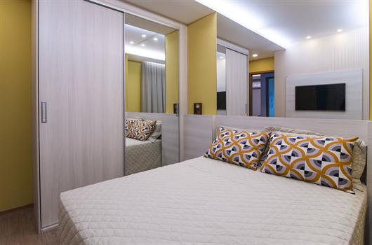 Quarto de casal em um apartamento MRV com guarda-roupa de porta de puxar