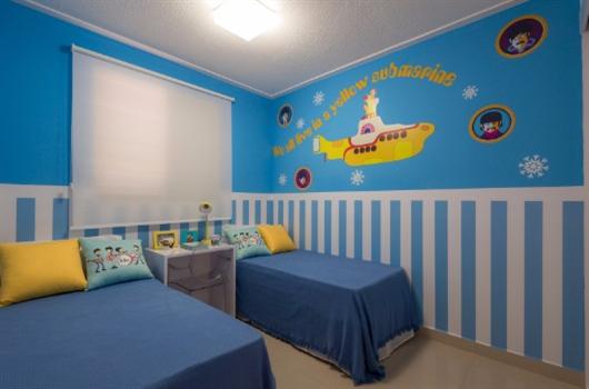 Quarto de criança decorado em tons de azul com colagens lúdicas