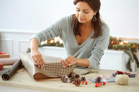 Mulher fazendo decoração de sua casa