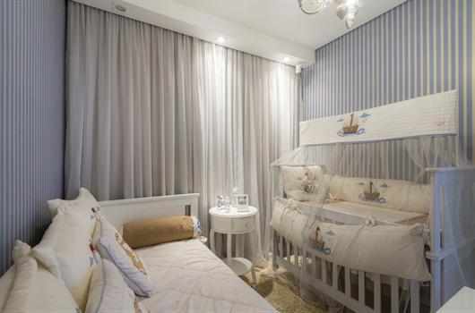 Quarto de bebê decorado com berço e cama de solteiro para o cuidador dormir ao lado