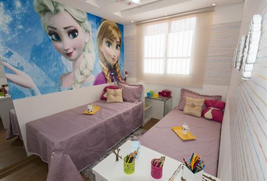 Quarto infantil de menina decorado com tema lúdico de filme infantil