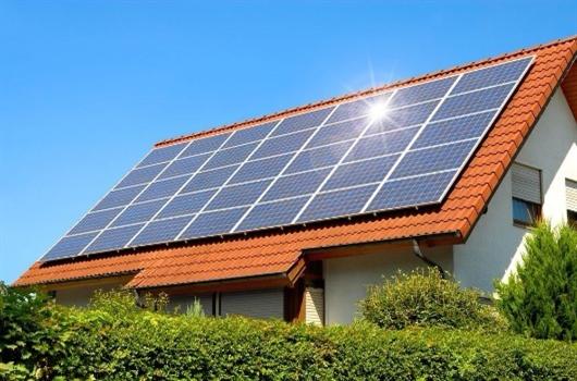 Placas de energia solar fotovoltaica instaladas no topo de uma residência