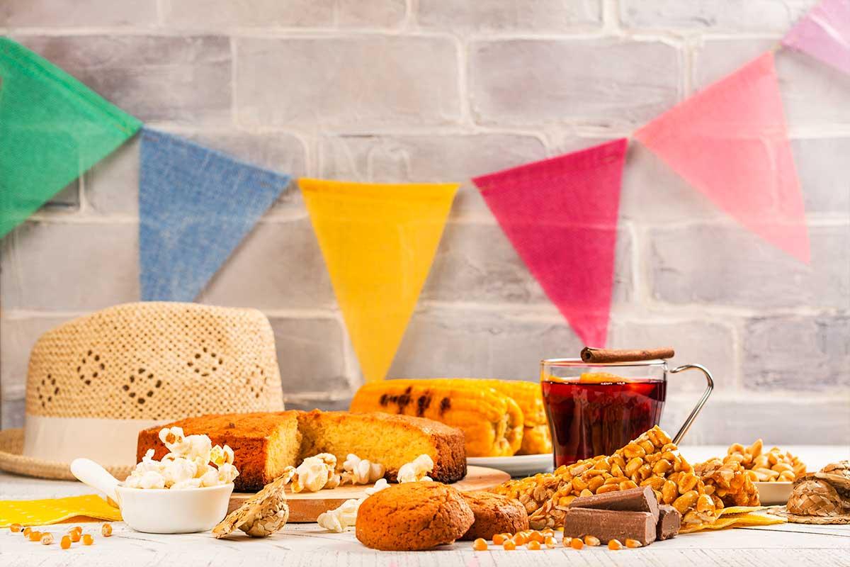 Mesa de festa junina preparada para folia dentro de casa