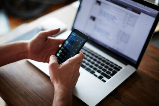 Usuário baixando aplicativos de finanças pessoais no celular