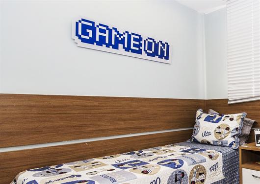 Quarto infantil masculino com decoração temática de vídeo game